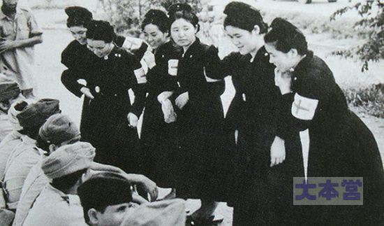ビルマ戦線(たぶん)で捕虜になった敵兵と語る日赤看護婦