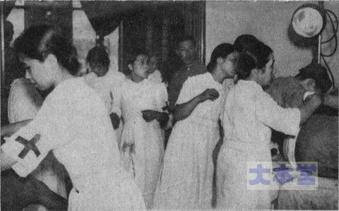 上海の臨時野戦病院に於いて獻身的な活動を続けてゐる我が看護婦