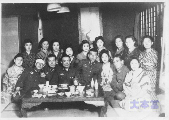 左から佐々木鐵雄少尉、横手興太郎少尉、生野文介大尉、高島俊三少尉、一人おいて賴田克己少尉
