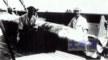 不発魚雷の信管を抜く