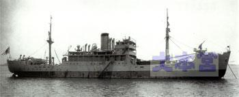 """海軍に買収され、艦首に8センチ高角砲を装備し、特務艦として完成した直後の""""宗谷""""。艦尾の25ミリ連装機銃が未装備なことに注意"""