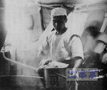 大正期の兵員烹炊所(蒸気釜から白米を飯缶に移している)