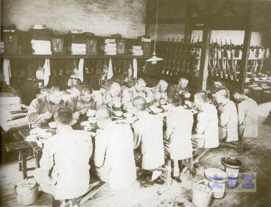 昭和初・歩・38連隊内務班の朝食