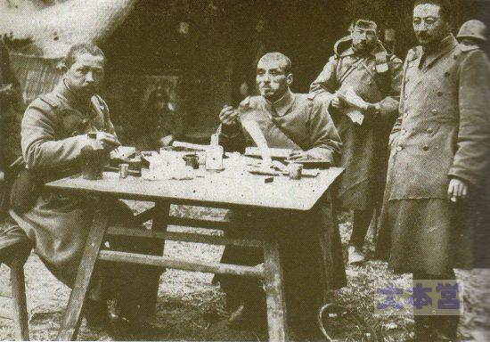 満州事変第2師団第15歩兵旅団長天野六太少将戦場で食事中
