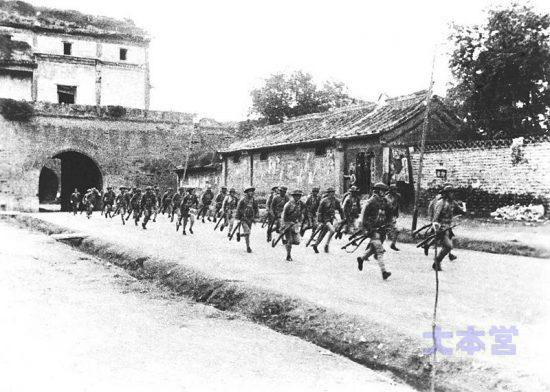 盧溝橋事件に出動する支那兵