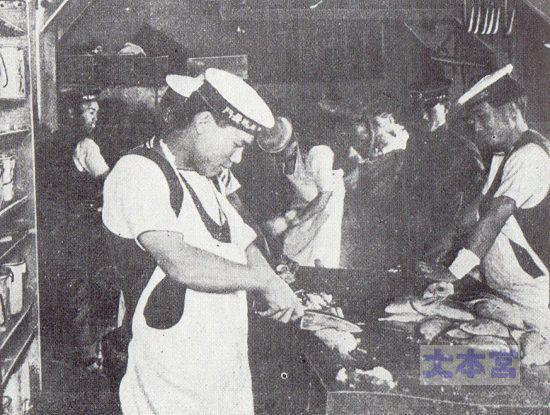 長門の烹炊所、魚調理中