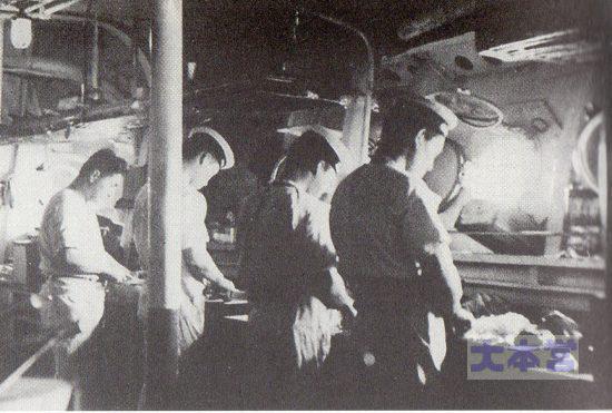 巡洋艦「高雄」の士官烹炊所の様子