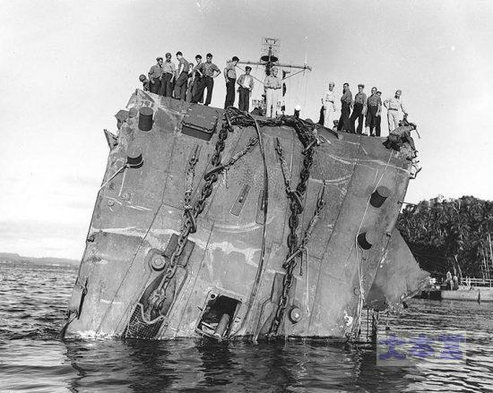 昭和18年7月20日撮影の軽巡ホノルル。艦首が垂れ下がっている。