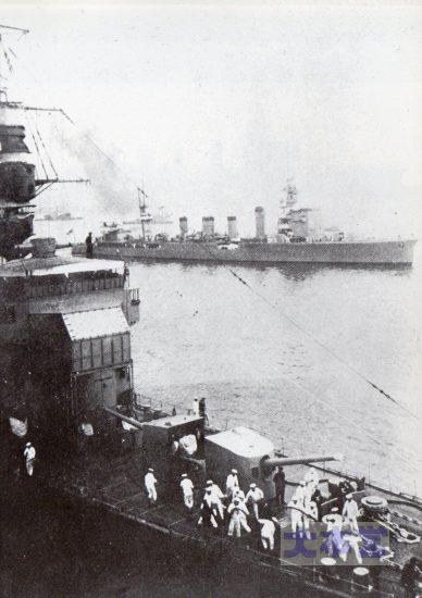 1935、第四艦隊事件直後に東京での艦内解放を終えて出港する神通、手前は木曾