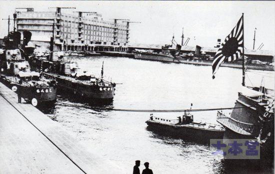 1935神戸、艦尾が満州国皇帝のお召し艦比叡。これを護衛して入港