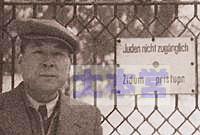 杉原千畝、カウナス領事館前。看板には「ユダヤ人入るべからず」