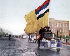奉天市街で満洲国の国旗が宣伝されている