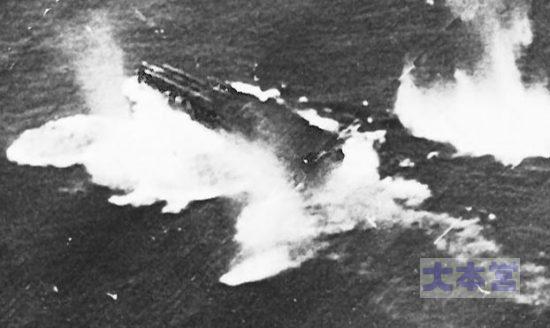 千歳型空母、レイテ沖で空襲を受ける