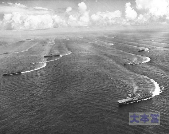 海で示威行動の第三アメリカ第三艦隊第38任務部隊の空母群