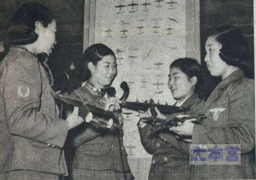 敵機の模型を持つ隊員