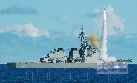 「きりしま」から発射されるSM3ミサイル