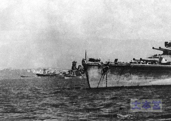 ブルネイに停泊する第一遊撃部隊の大和・武蔵。手前に長門