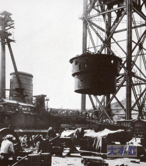 霧島へ砲塔旋回部取りつけ。内部に弾薬筒・換装室・などが組み込まれている