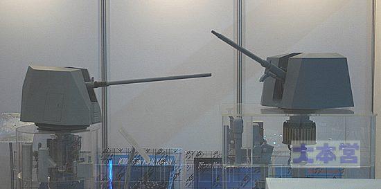 ウリジナル76ミリ砲(左)
