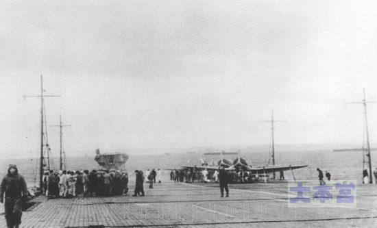 ヒトカップ湾での赤城飛行甲板