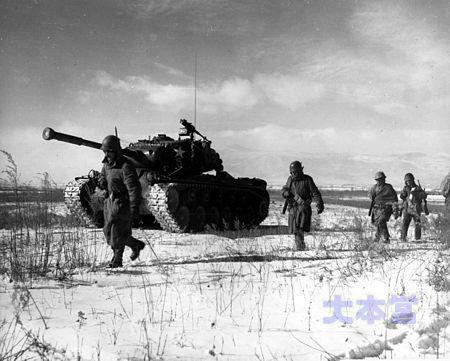 長津湖包囲網を突破中の米海兵隊員
