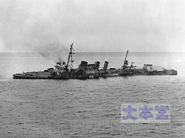 米軍の標的として沈没する第102号哨戒艇