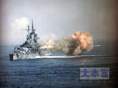 沖縄本島に艦砲射撃をおこなう戦艦アイダホ