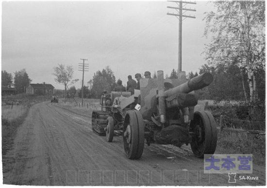 ソ連の152ミリ榴弾砲を牽引するフィンランド軍トラクター