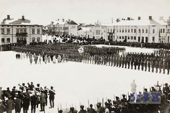 1918年2月、マンネルヘイムの視察を受ける白衛軍