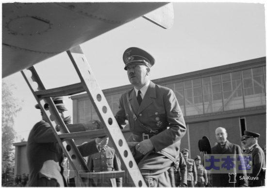 ドイツ機に乗り込むヒトラーと見送るリュティ