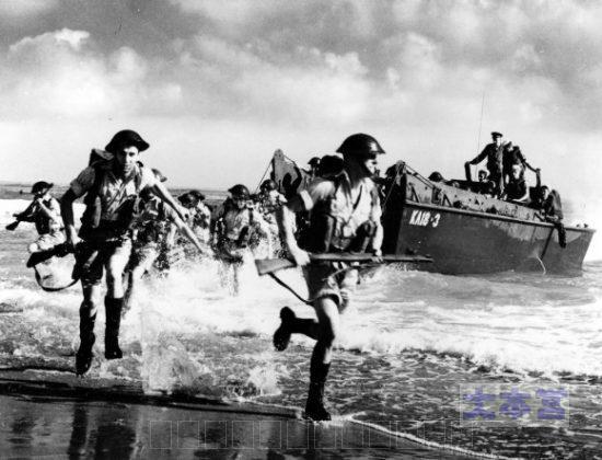 ノルマンディに上陸する英軍兵士