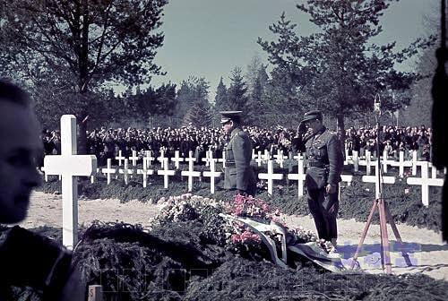 戦争英雄墓地で戦勝式典