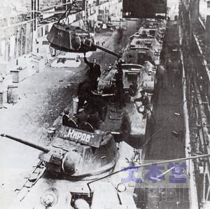 攻囲下のレニングラードで製造された戦車は工場から直接戦場へ出た