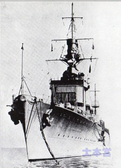 昭和初期の木曾。艦橋最上部が露天の羅針艦橋、その下が搭載機格納庫扉