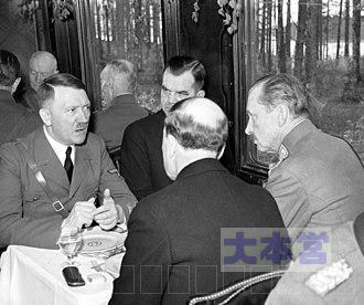 車両内で談話中の、左からヒトラー、フィンランド首相ユッカ・ランゲル、フィンランド大統領リスト・リュティ(背中を見せた人物)、マンネルヘイム。1942年6月