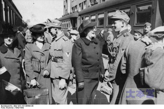 1943年ヘルシンキ、休暇中のドイツ軍将兵がフィンランド婦人と交流。