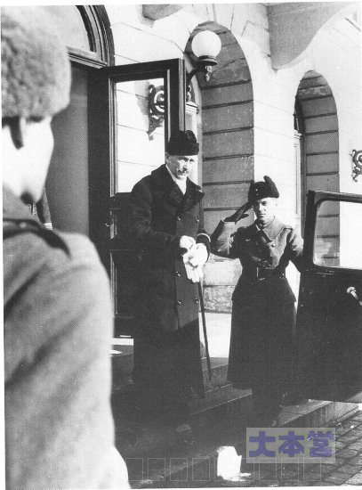 1946年3月4日、官邸を去るマンネルヘイム